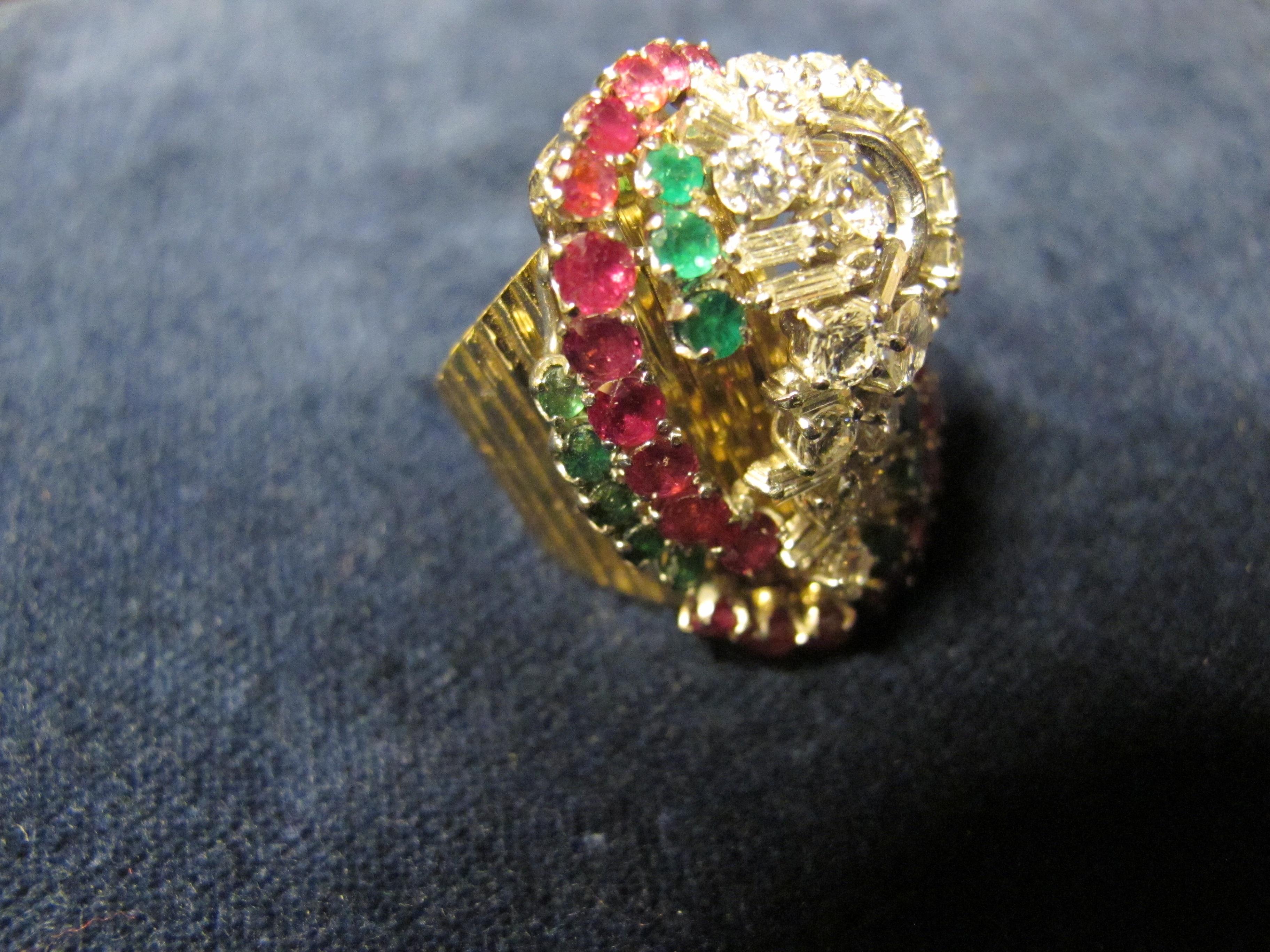 4 anello oro giallo con diamanti smeraldi e rubini