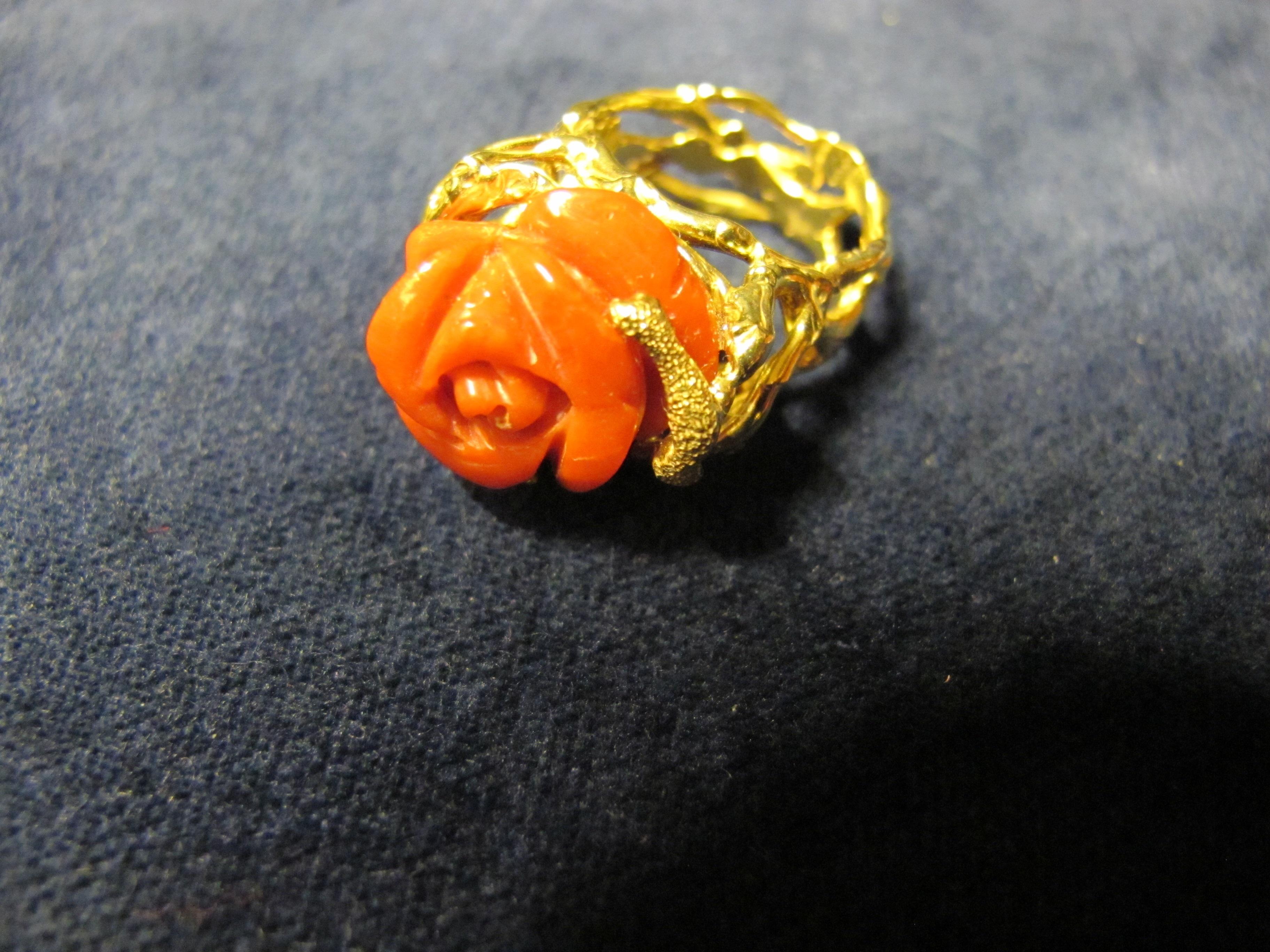 anello oro giallo  e corallo rosa a forma di rosa