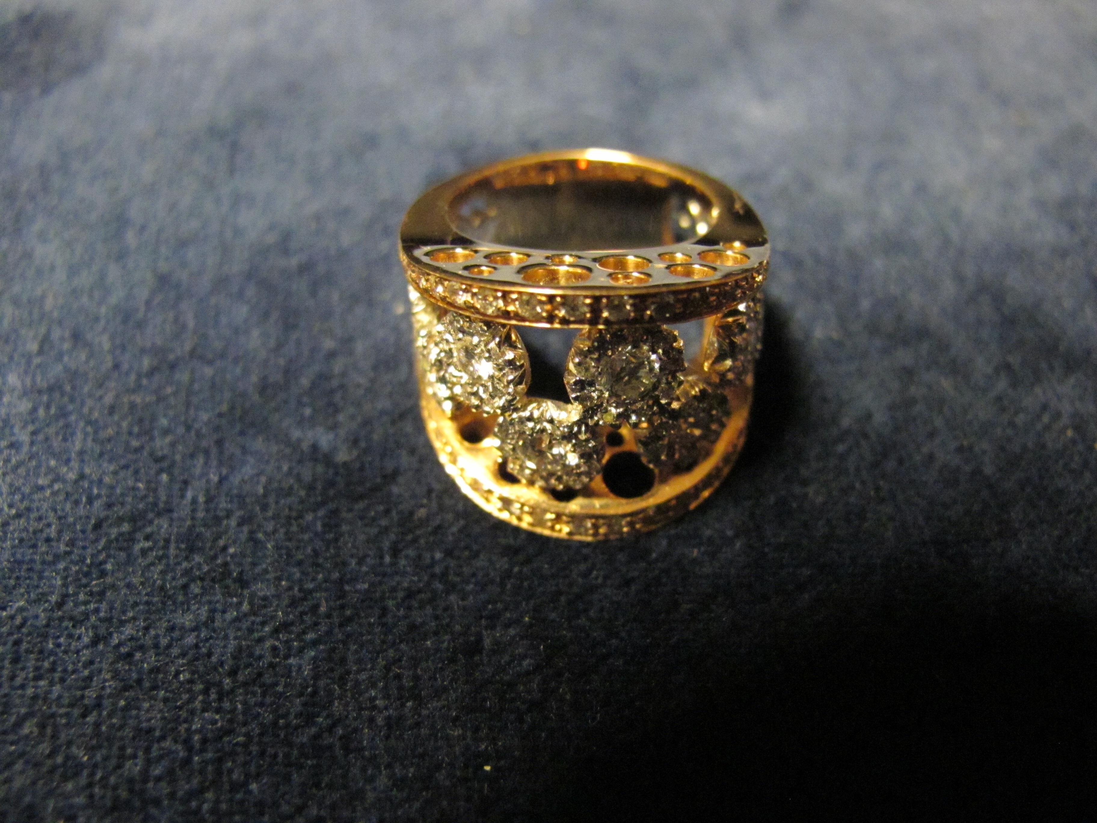 anello oro giallo e due grandi  diamanti