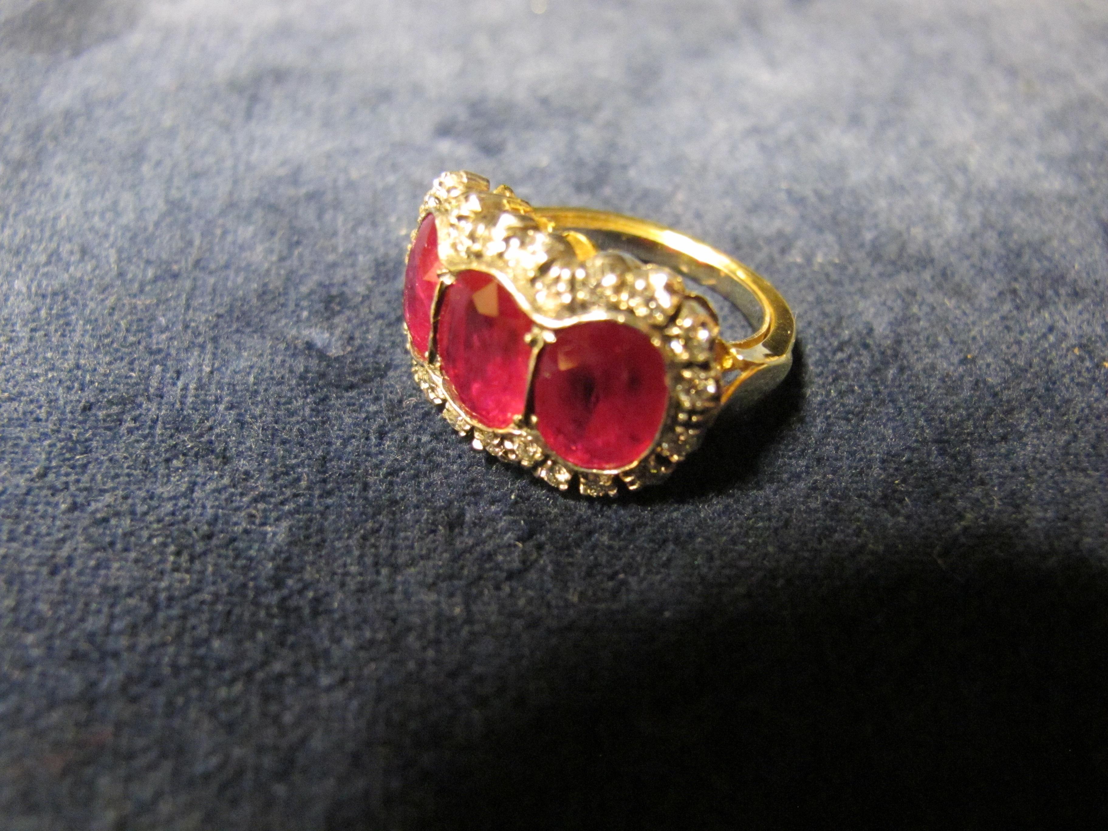 anello oto giallo con 3 rubini