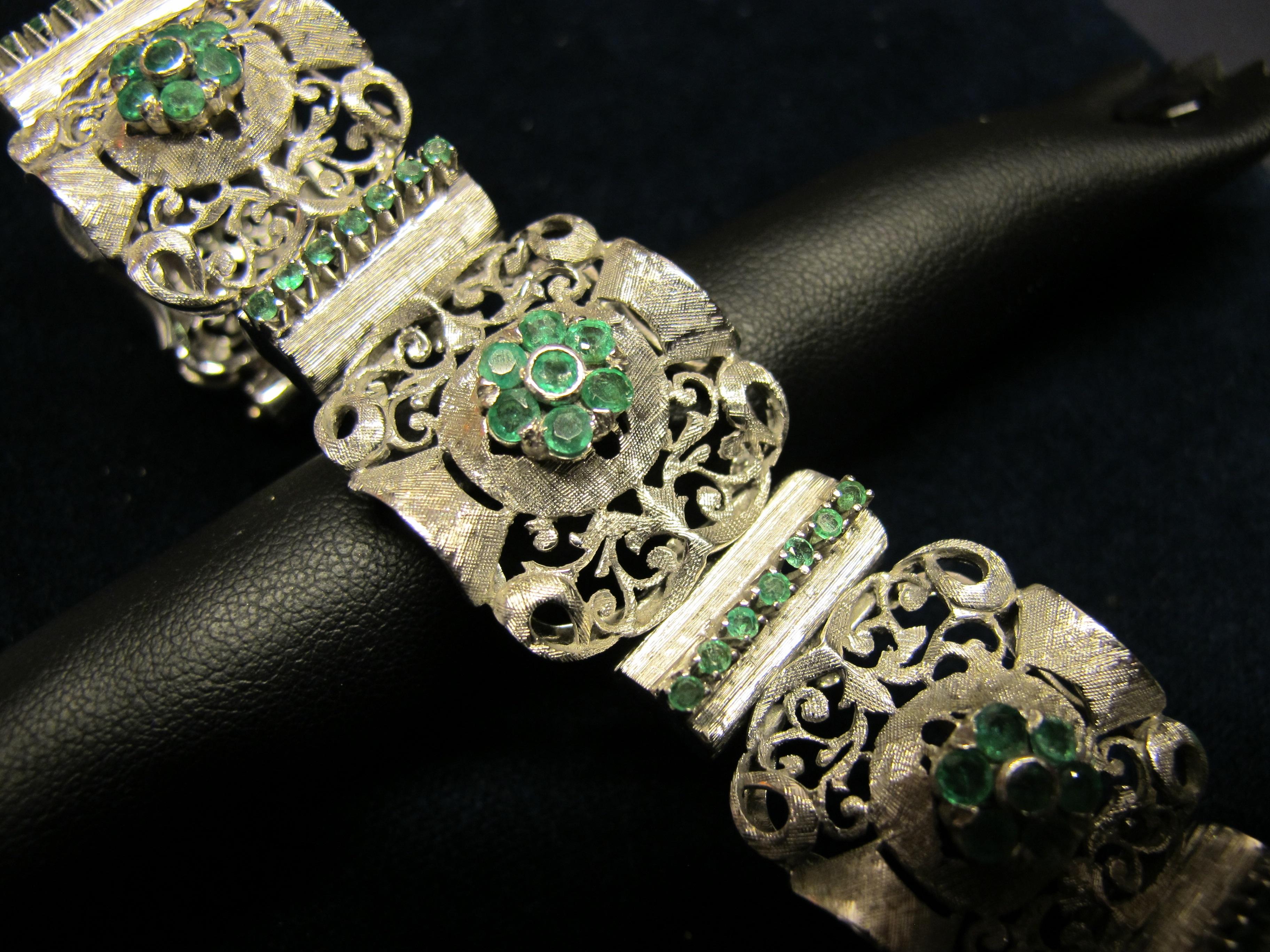 bracciale in oro bianco e smeraldi aperto